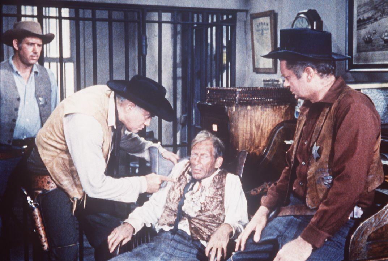 Ben Cartwright (Lorne Greene, 2.v.l.) versucht, die Wahrheit aus dem Zeugen Dixie (Malcolm Atterbury, 2.v.r.) herauszupressen, der Adam schwer belas... - Bildquelle: Paramount Pictures