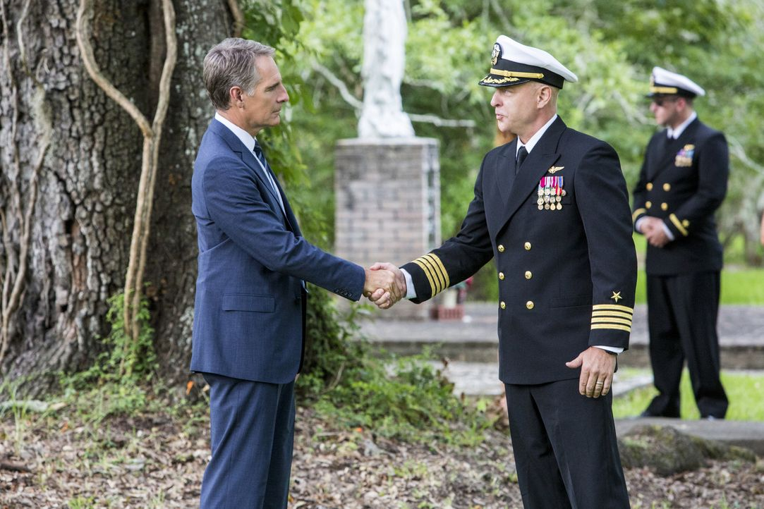 Pride (Scott Bakula, l.) und sein Team versucht alles, um den Tod von Marine Captain Tom Garretts (James MacDonald, r.) Tochter aufzuklären ... - Bildquelle: Skip Bolen 2015 CBS Broadcasting, Inc. All Rights Reserved