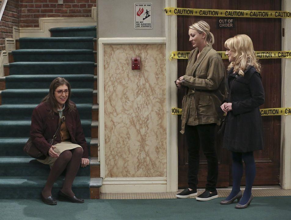 Gemeinsam bereiten sie Amy (Mayim Bialik, l.) für ihren großen Tag mit Sheldon vor: Penny (Kaley Cuoco, M.) und Bernadette (Melissa Rauch, r.) ... - Bildquelle: 2015 Warner Brothers
