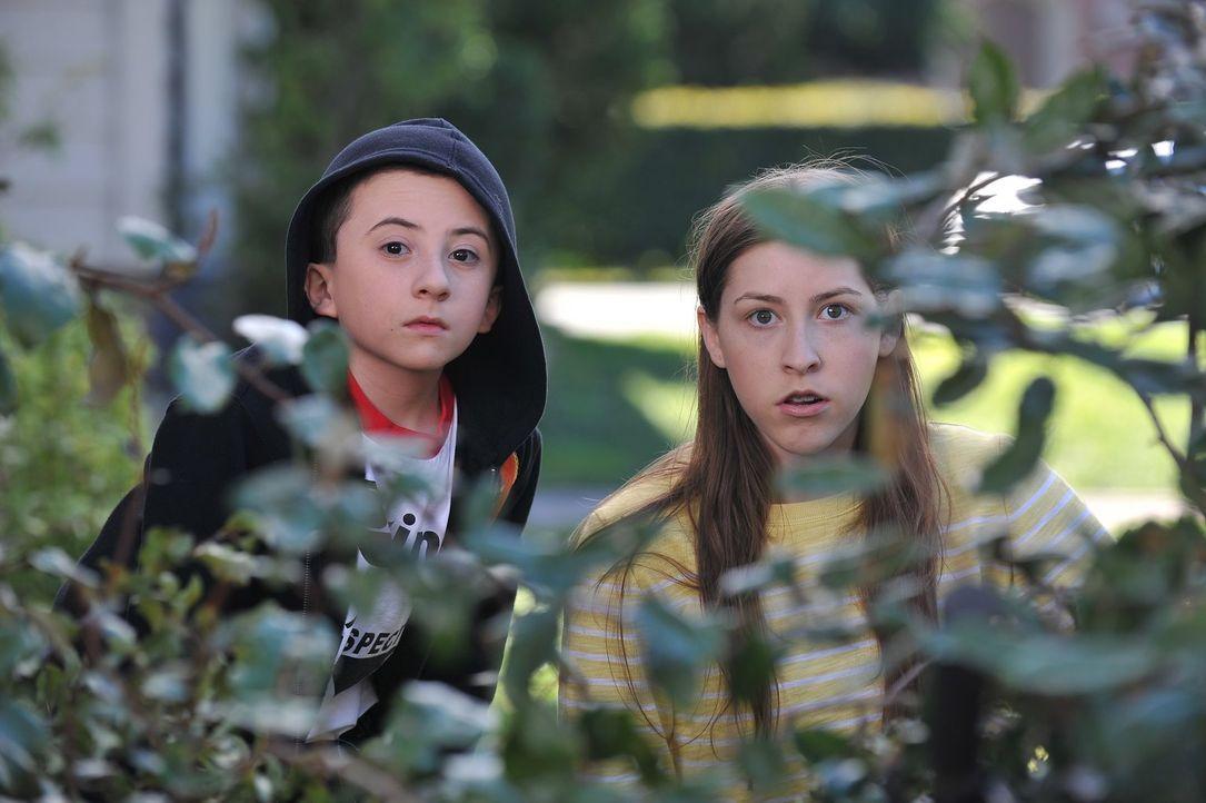 Als Sues (Eden Sher, r.) Langlauftrophäe von den Glossner Jungen geklaut wird, müssen sich Brick (Atticus Shaffer, l.) und sie auf die Lauer legen,... - Bildquelle: Warner Brothers