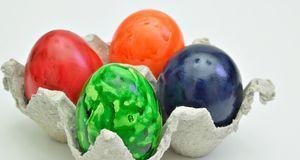 Basteln Sie aus Eierkarton zum Beispiel einzelne Becher und malen Sie diese a...