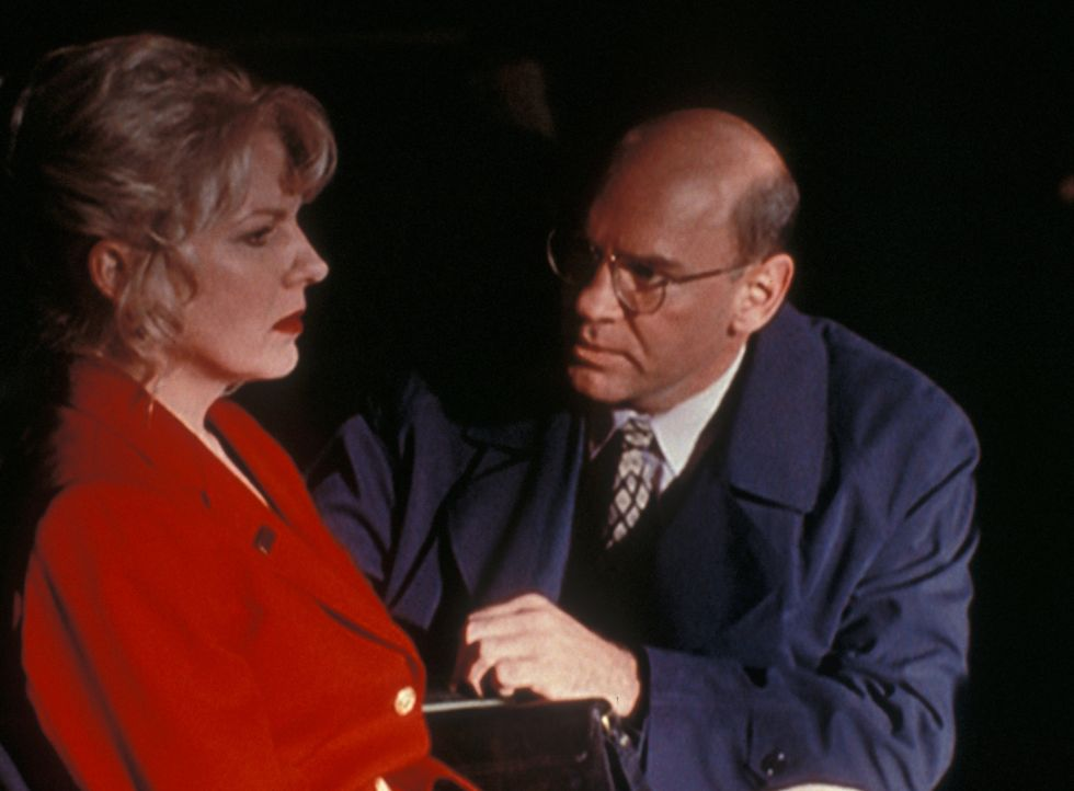 Linda Bowman (Diana Scarwid, l.) , die Frau eines ermordeten Staatsanwaltes, wird von Skinner (Mitch Pileggi, r.) überredet, sich in Schutzhaft zu b... - Bildquelle: TM +   2000 Twentieth Century Fox Film Corporation. All Rights Reserved.