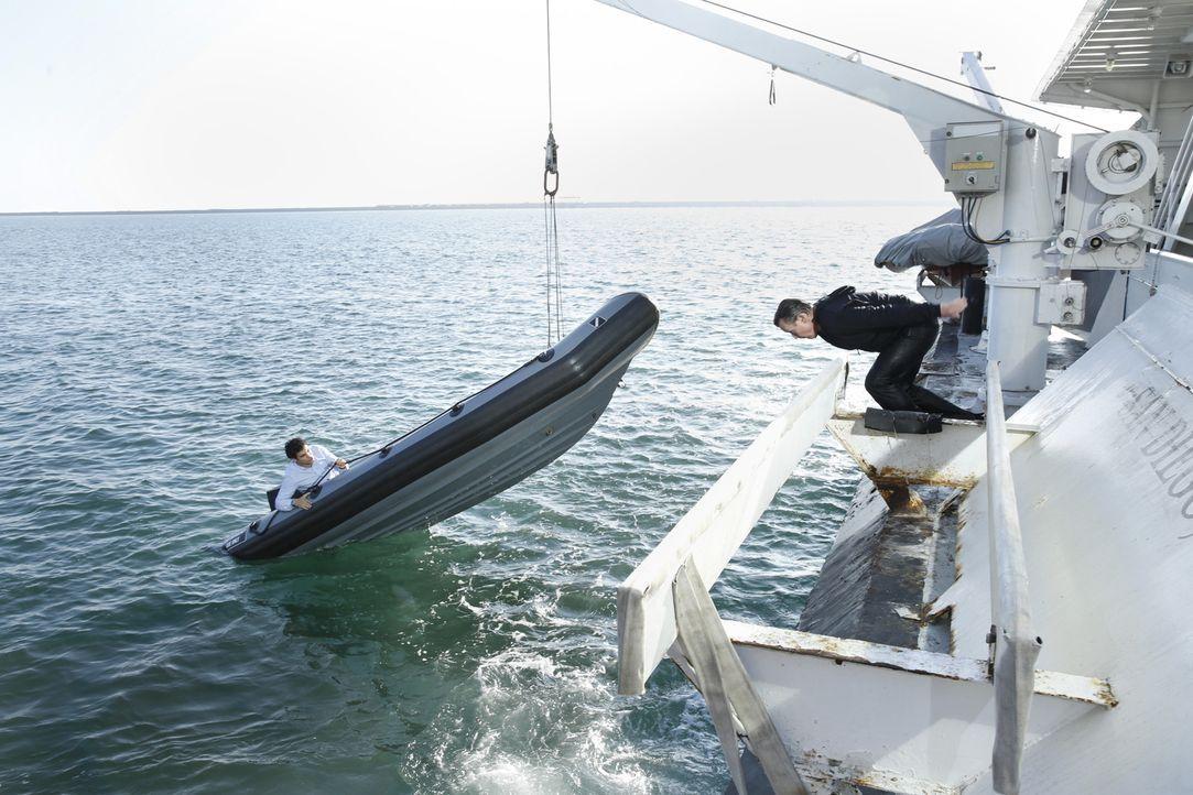 Walter (Elyes Gabel, l.) und Cabe (Robert Patrick, r.) ermitteln undercover auf einem Kreuzfahrtschiff, um gestohlene Waffen zurück zu holen ... - Bildquelle: Cliff Lipson 2014 CBS Broadcasting, Inc. All Rights Reserved
