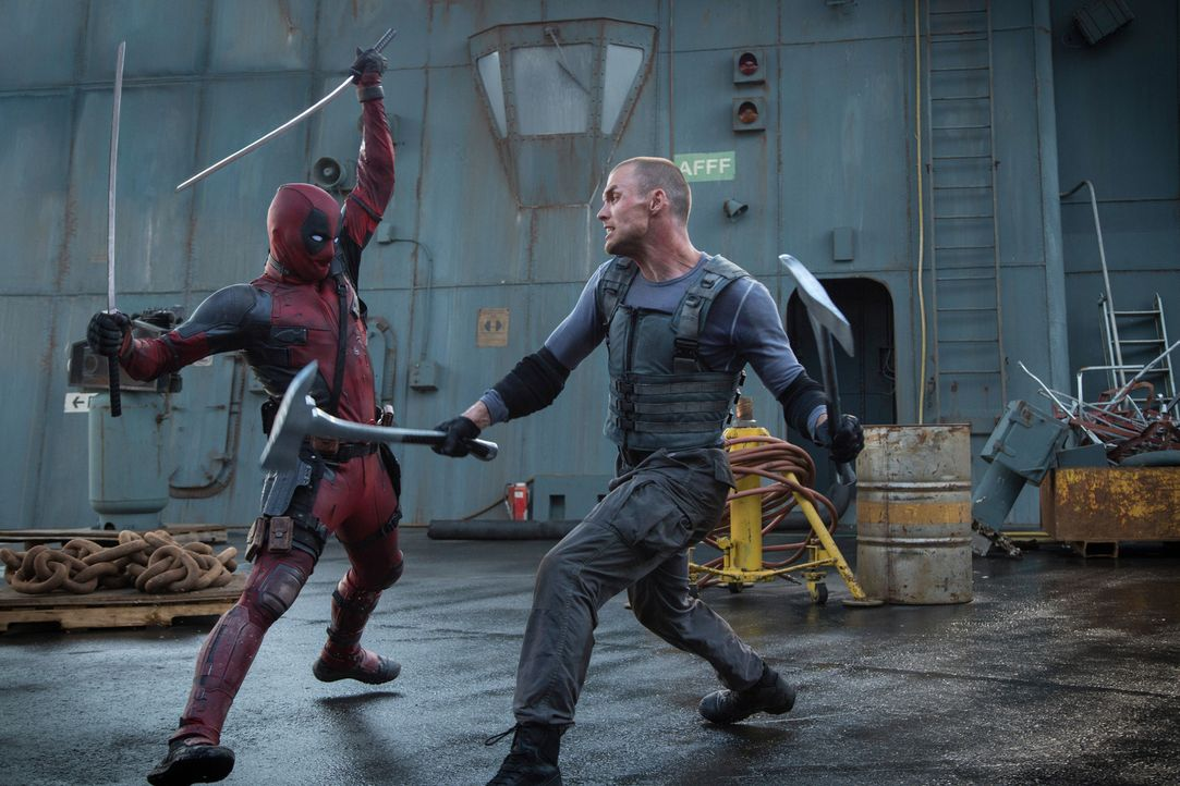 Das Böse in Person: Dem sadistischen Ajax (Ed Skrein, r.) missglückte ein Laborexperiment, seitdem ist Wade alias Deadpool (Ryan Reynolds, l.) vollk... - Bildquelle: Joseph Lederer 2016 Twentieth Century Fox Film Corporation.  All rights reserved.  MARVEL   2016 MARVEL