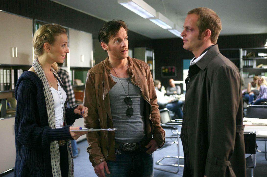 Kiki (Teresa Rizos, l.) hat mal wieder eine Überraschung für Gerry (Johannes Zirner, M.) und Tristan (Marc Ben Puch, r.) im Gepäck ... - Bildquelle: Erika Hauri SAT.1