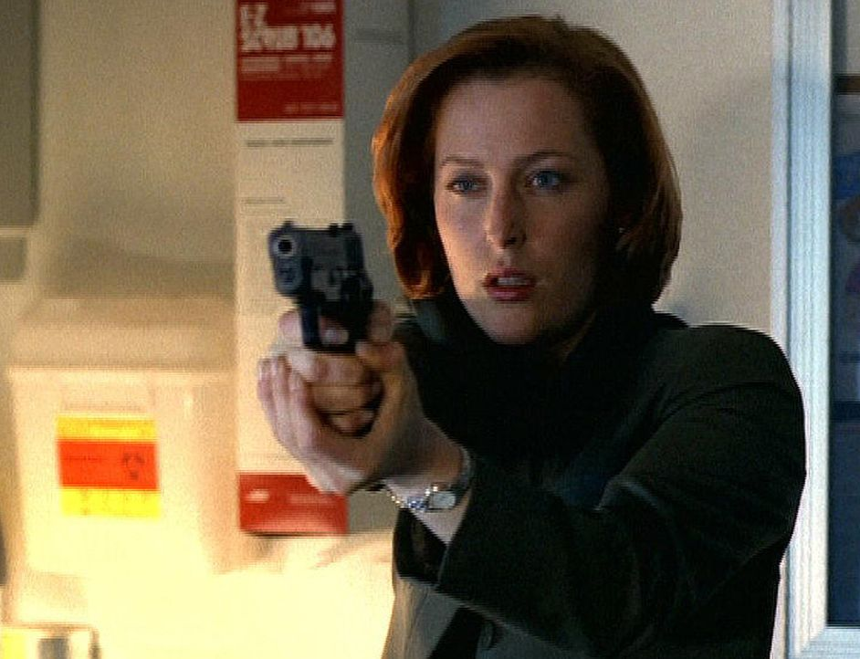 Scully (Gillian Anderson) versucht vergeblich, einen Zombie zu erschießen. - Bildquelle: TM +   2000 Twentieth Century Fox Film Corporation. All Rights Reserved.