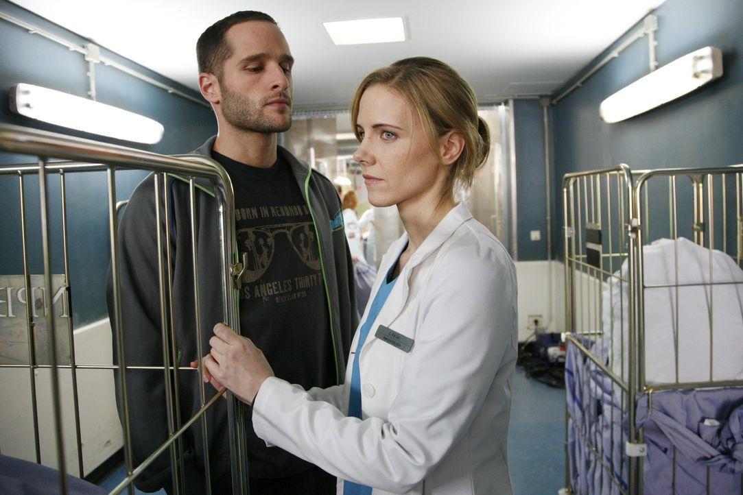 Luisa (Jana Voosen, r.) stellt Jens (Lee Rychter, l.) wegen Annas Schwangerschaft zur Rede. Im Streit merken die beiden, dass sie eigentlich das Gle... - Bildquelle: Mosch Sat.1