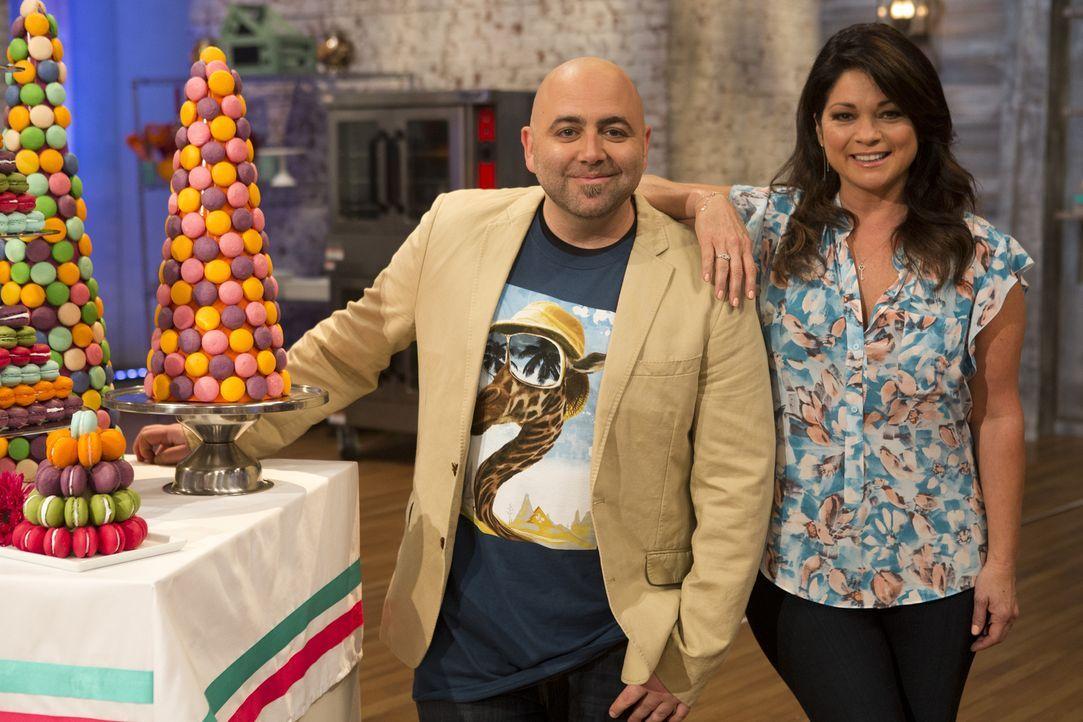 Diese Mal machen es Duff Goldman (l.) und Valerie Bertinelli (r.) den verbliebenden Bäckern nicht einfach. Sie sollen drei Dutzend Makronen herstell... - Bildquelle: Adam Rose 2015, Television Food Network, G.P.  All Rights Reserved.