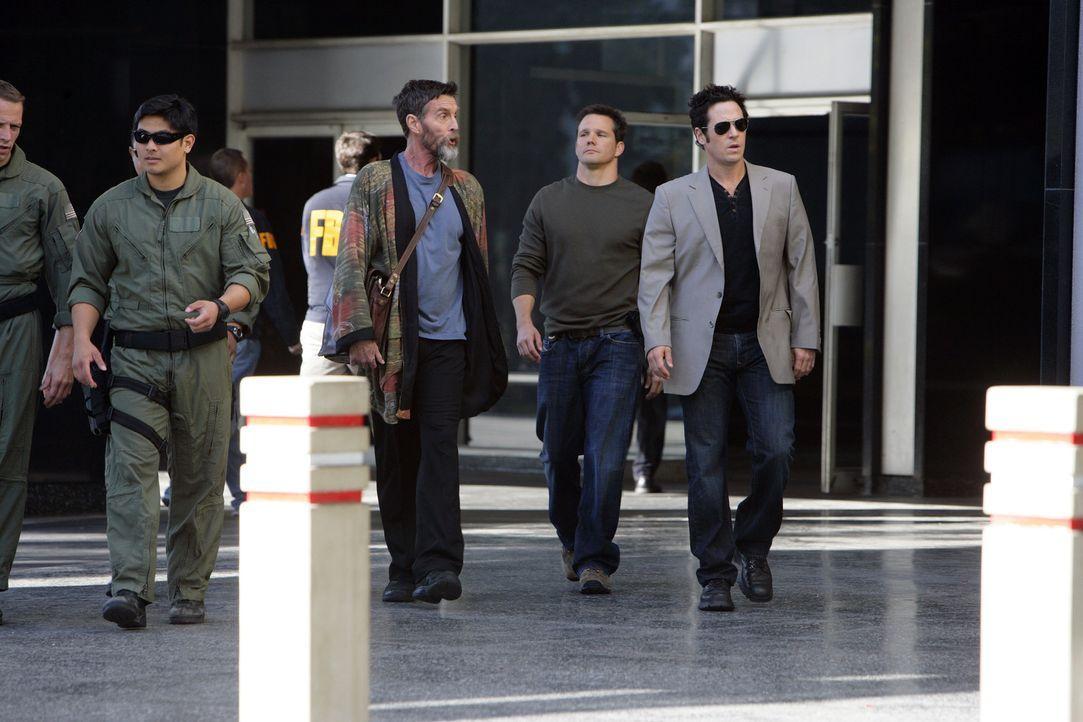 Um den neuen Fall zu lösen, müssen Colby (Dylan Bruno, 2.v.r.) und Don (Rob Morrow, r.) mit dem Hellseher Simon Kraft (John Glover, M.) zusammenar... - Bildquelle: Paramount Network Television