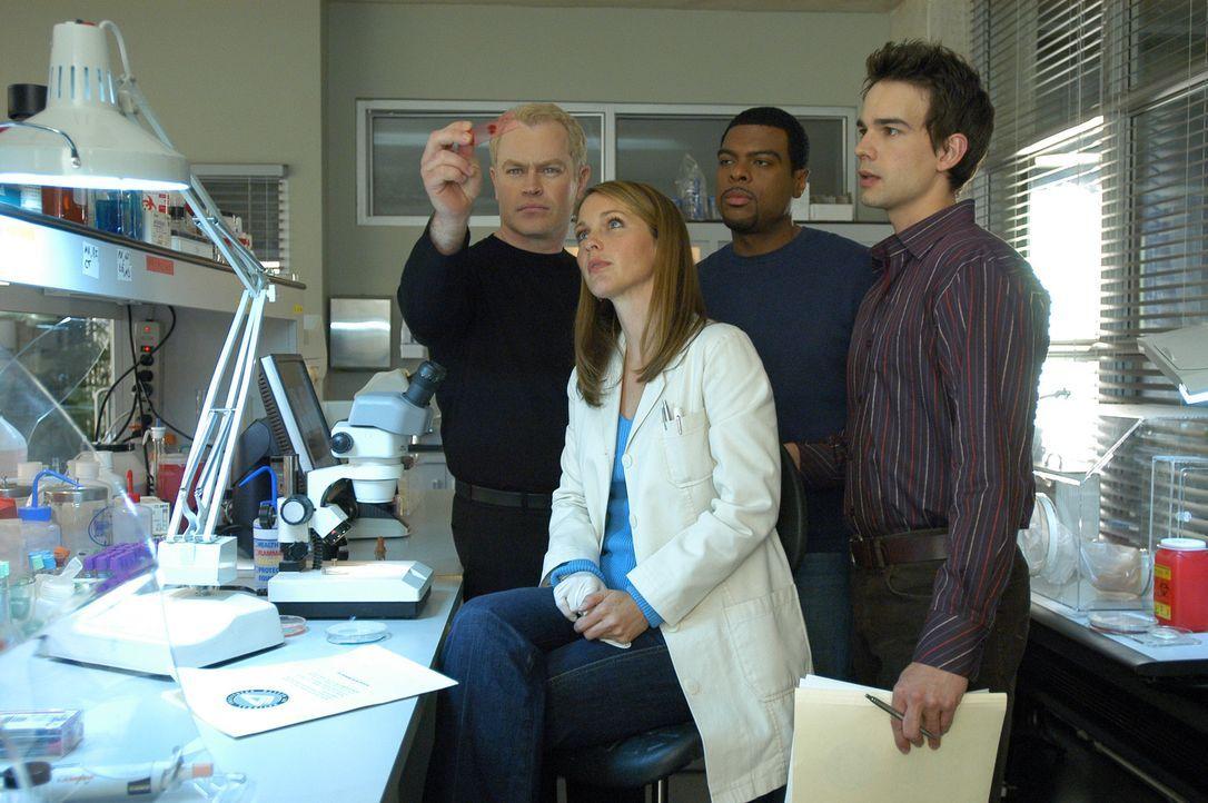 Nachdem sich der Gesundheitsminister in den aktuellen Fall eingeschaltet hat, können Connor (Neal McDonough, l.), Natalie (Kelli Williams, 2.v.l.),... - Bildquelle: Paramount Pictures International