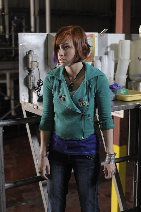 Claudia (Allison Scagliotti) ist ganz aufgeregt, weil sie mit Myka das Warehouse für ihren ersten Außeneinsatz verlassen darf. Ein Wrestling-Team ge... - Bildquelle: Philippe Bosse SCI FI Channel