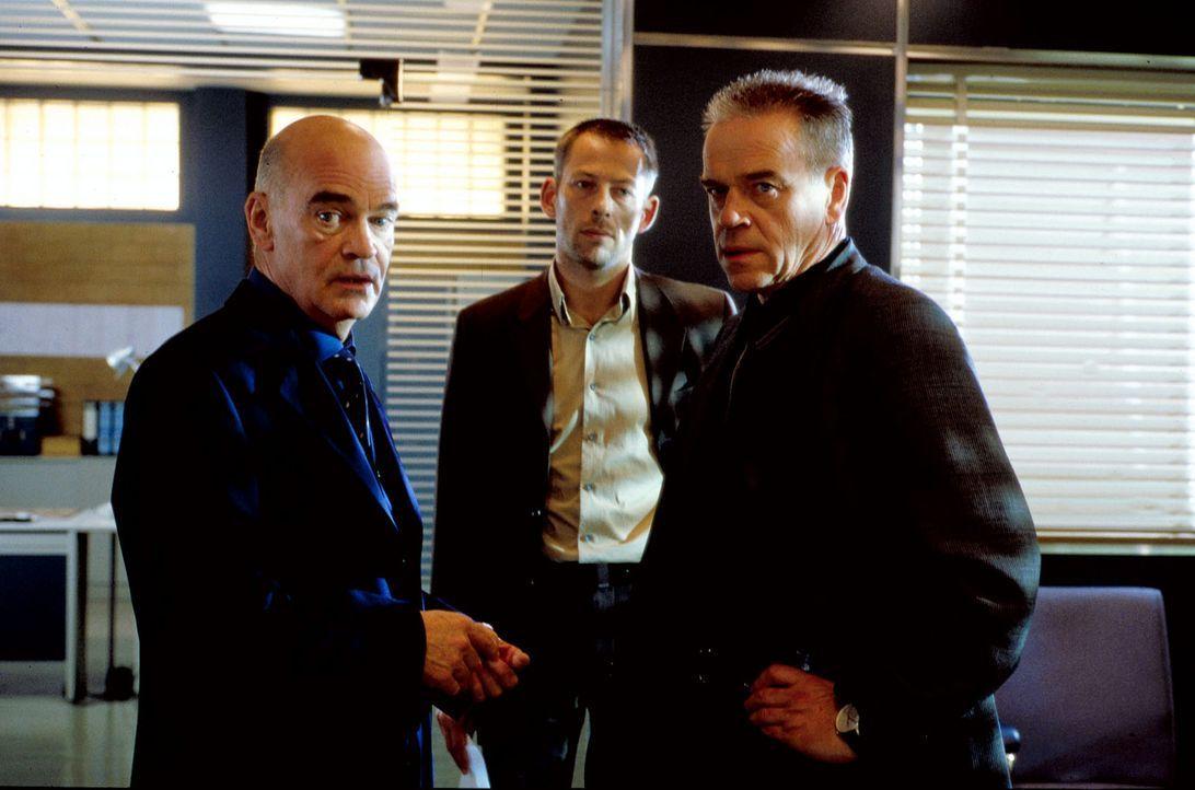 Wolff (Jürgen Heinrich, r.) ist der Einzige, der von Toms Unschuld überzeugt ist - Kommissar Sakowski (Johannes Hitzblech, M.) und der Oberstaatsanw... - Bildquelle: Alfred Raschke Sat.1