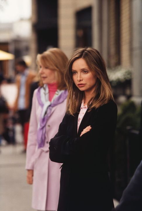Nachdem Ally (Calista Flockhart, r.) erneut einen Schlussstrich unter eine Beziehung gezogen hat, ist ihre Mutter Jeannie (Jill Clayburgh, l.) nicht... - Bildquelle: 2001 Twentieth Century Fox Film Corporation. All rights reserved.