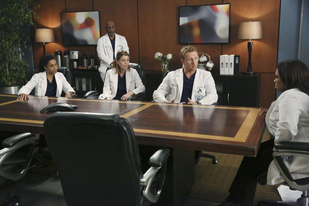Bailey (Chandra Wilson, r.) beruft ein Komitee ein, um die Wahrheit zu finden, was Ben betrifft: Meredith (Ellen Pompeo, M.), Owen (Kevin McKidd, 2.... - Bildquelle: Mitch Haaseth ABC Studios