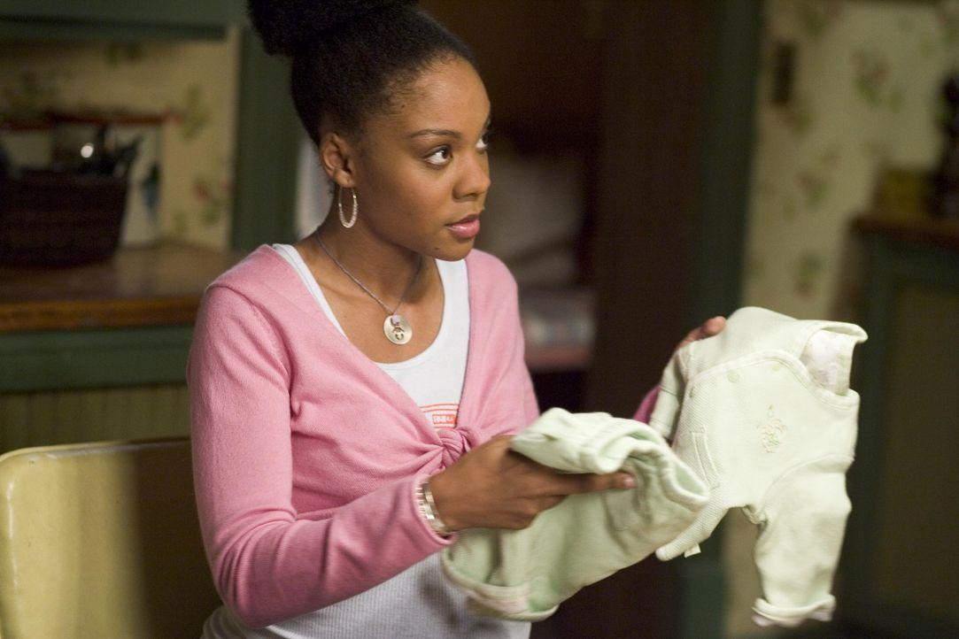 Nancy bringt Vaneeta (Indigo), für ihr ungeborenes Kind, Klamotten von Celia mit, die durch ihre Krankheit ihr Leben verändert ... - Bildquelle: Lions Gate Television