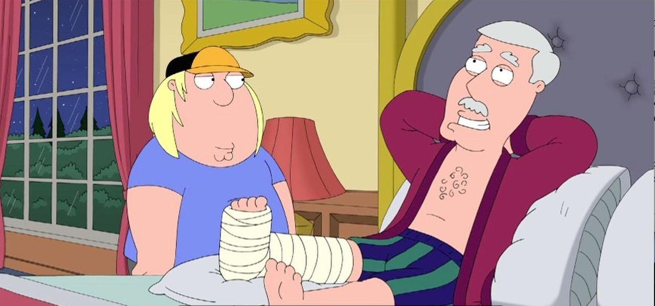 Als sich Chris (l.) um seinen Großvater (r.), der sich ein Bein gebrochen hat, kümmert, wird er ganz besonders belohnt von ihm ...