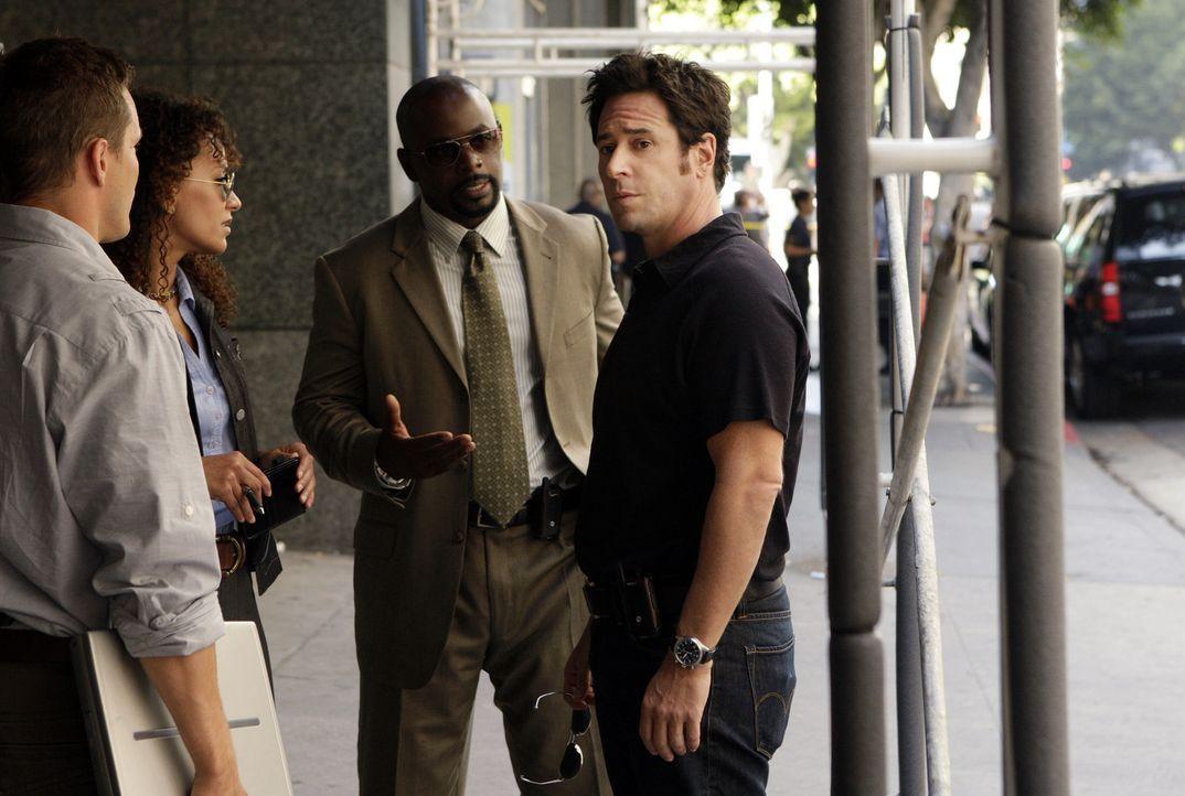 Auf der Jagd nach einer Gruppe von Kidnappern: Colby (Dylan Bruno, l.), Nikki Betancourt (Sophina Brown, 2.v.l.), David (Alimi Ballard, 2.v.r.) und... - Bildquelle: Paramount Network Television
