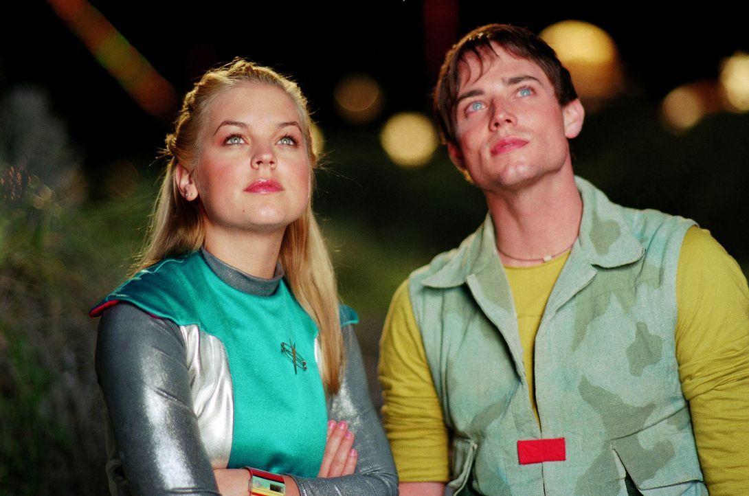 Als Zenon (Kirsten Storms, l.) den einsamen Umweltschützer Sage Borealis (Benjamin J. Easter, r.) kennen lernt, ist sie sogleich von dem attraktive... - Bildquelle: The Disney Channel