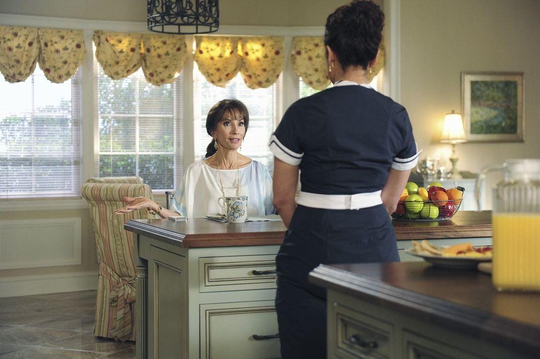 Ein Anruf, den Zoila (Judy Reyes, r.) tätigt, sorgt für unerwünschten Besuch, der Genevieve (Susan Lucci, l.) beinahe zur Weißglut bringt ... - Bildquelle: 2014 ABC Studios