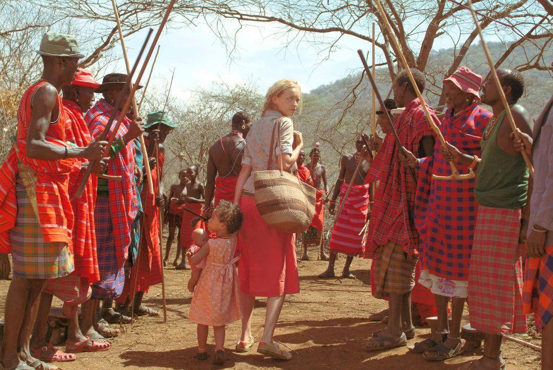 Carola (Nina Hoss, M.) ist strikt dagegen, dass ihre Tochter nach kulturellem Brauch der Samburu beschnitten wird. Zusammen mit dem gemeinsamen Kind... - Bildquelle: Constantin Film Produktion GmbH