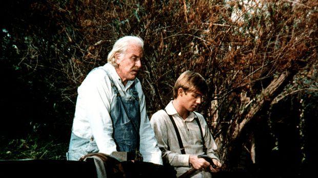 John-Boy (Richard Thomas, r.) erklärt seinem Großvater (Will Geer, l.), womit...