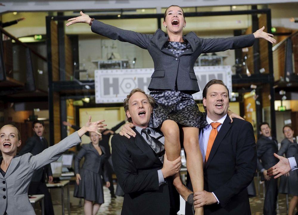 Sie lässt's wieder krachen: Selbst die aktuelle Finanzkrise thematisieren Anke (oben) und ihr Team in Form eines fulminanten Musical-Sketches ... - Bildquelle: Willi Weber SAT.1