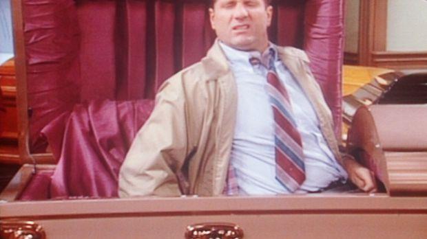 Al (Ed O'Neill) hat sich zum Probeliegen in einen Sarg gebettet. © Columbia P...