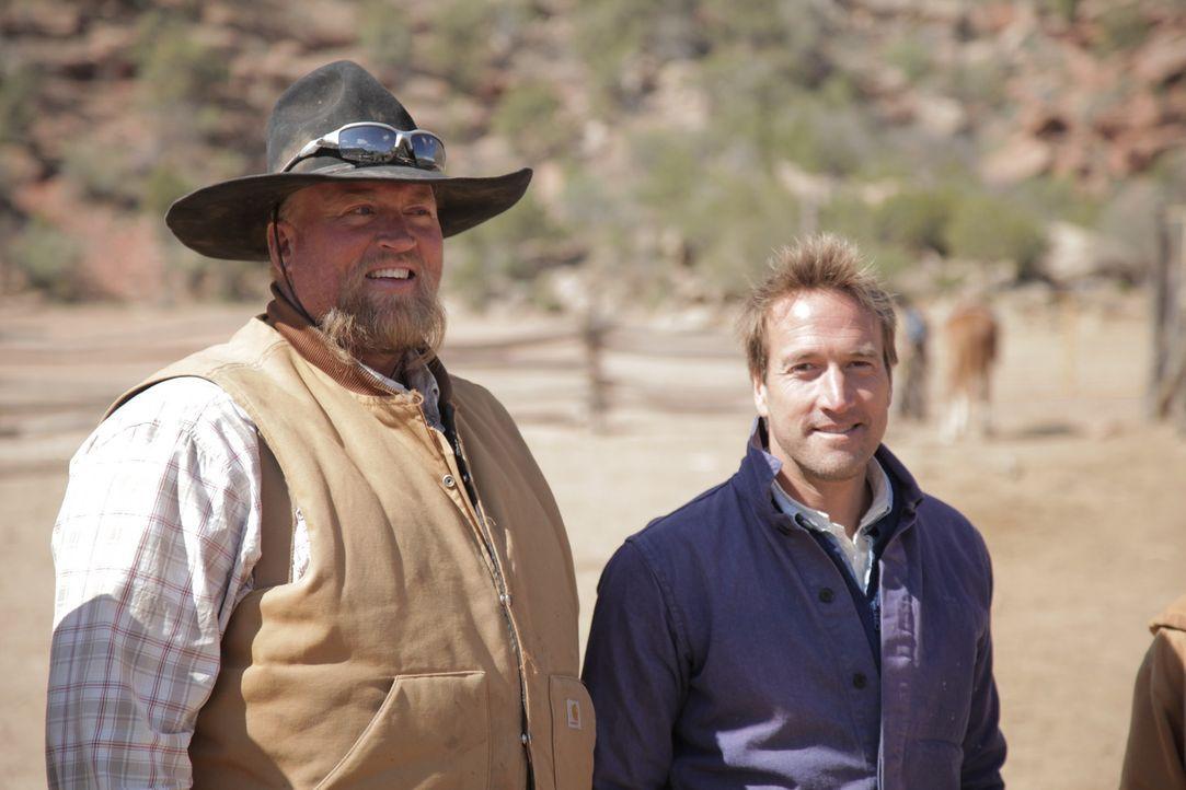 Abenteurer Ben Fogle (r.) trifft die Zwillingsbrüder Bill und Bob, die seit über 20 Jahren in der Wildnis Colorados leben - Nachbar Charlie (l.) ist... - Bildquelle: Renegade Pictures