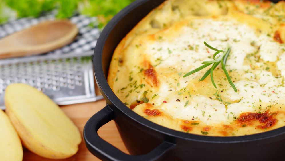 Kartoffel-Apfel-Gratin mit Blauschimmelkäse - Bildquelle: imaGo - Martin R. - Fotolia