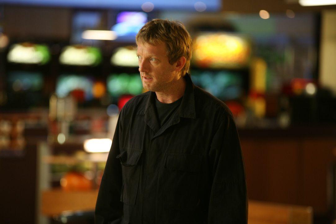Cutter (Douglas Henshall) nimmt den Kampf mit den Raptors auf ... - Bildquelle: ITV Plc