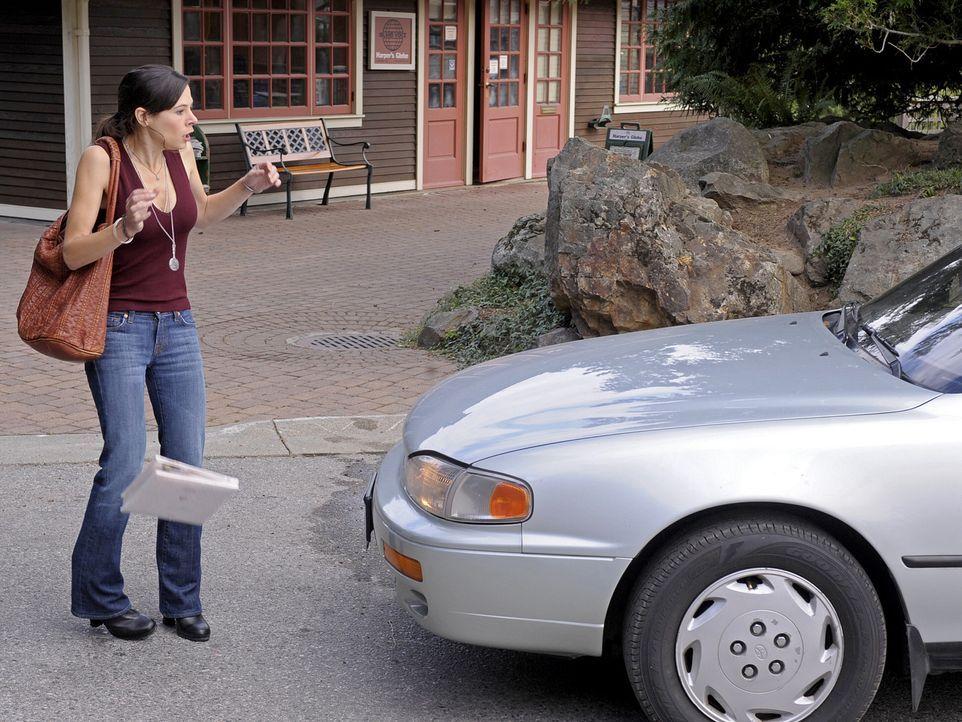 Kann in letzter Sekunde einem Auto ausweichen: Allerdings landet Abbys (Elaine Cassidy) Hochzeitsgeschenk für Trish und Henry im Strassendreck ... - Bildquelle: 2009 CBS Studios Inc. All Rights Reserved.