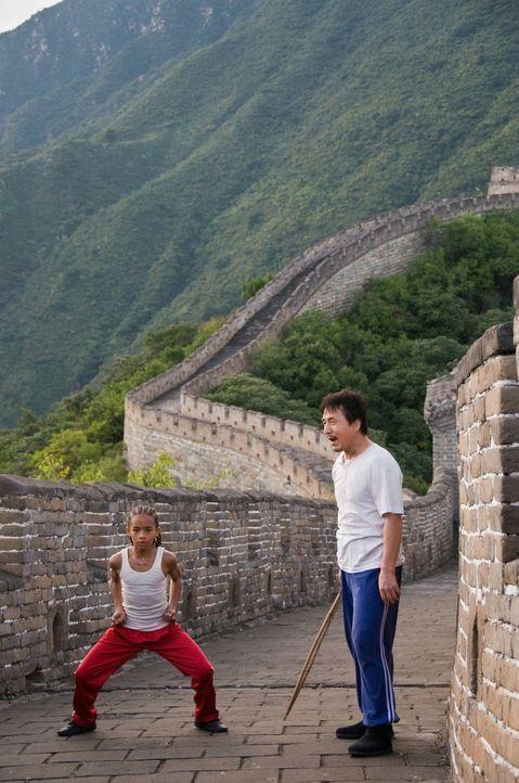 Anfangs tut sich Dre (Jaden Smith, l.) ziemlich schwer, zu verstehen, dass es Han (Jackie Chan, r.) als erfahrenen und erfolgreichen Kung Fu-Kämpfe... - Bildquelle: 2010 CPT Holdings, Inc. All Rights Reserved.