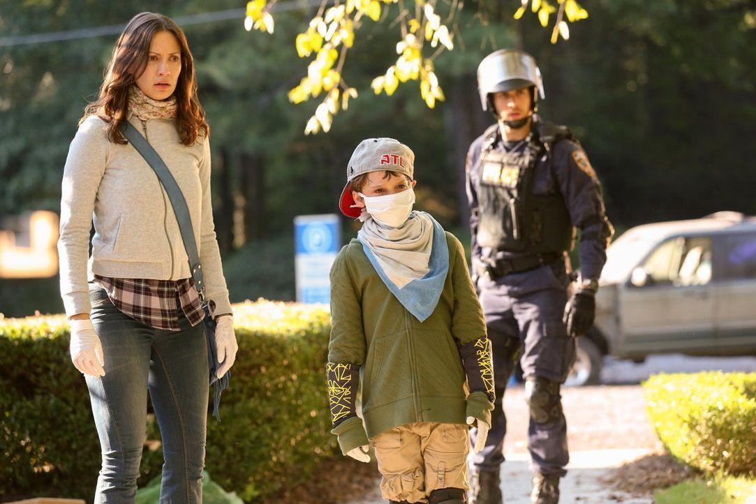 Katie (Kristen Gutoskie, l.), Quentin (Zachary Unger, M.) und Jake (Chris Wood, r.) machen sich außerhalb des Krankenhauses auf die Suche nach einem... - Bildquelle: Warner Brothers