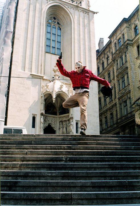 Anton (Roman Knizka) hat wegen seiner Schulden bei dem Dealer Sonner eine Bank überfallen. Die Flucht gelingt, doch dem nervösen Bankräuber wurde... - Bildquelle: Sat.1