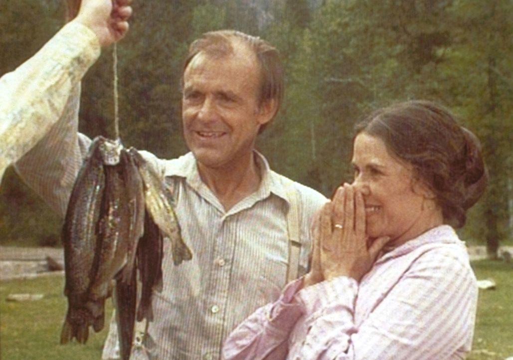 Stolz präsentiert Mr. Oleson (Richard Bull, l.) seiner Frau (Katherine McGregor, r.) den Fisch. - Bildquelle: Worldvision