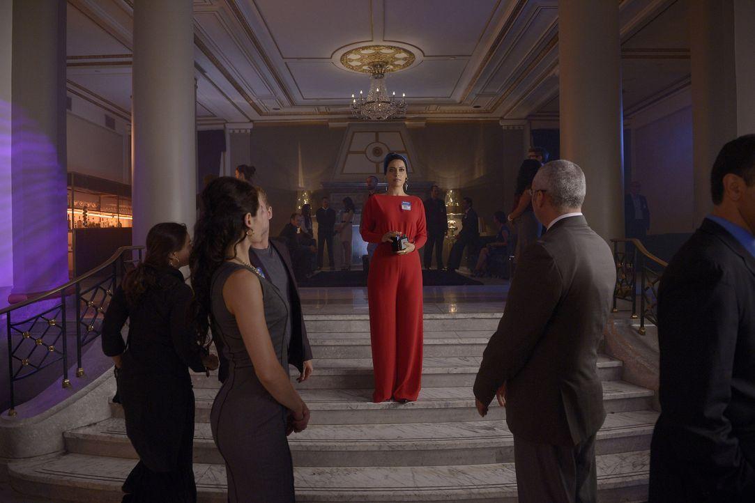 Für Nimah (Yasmine Al Massri, M.) wird ihre Undercover-Mission zu einer harten Probe ... - Bildquelle: 2015 ABC Studios