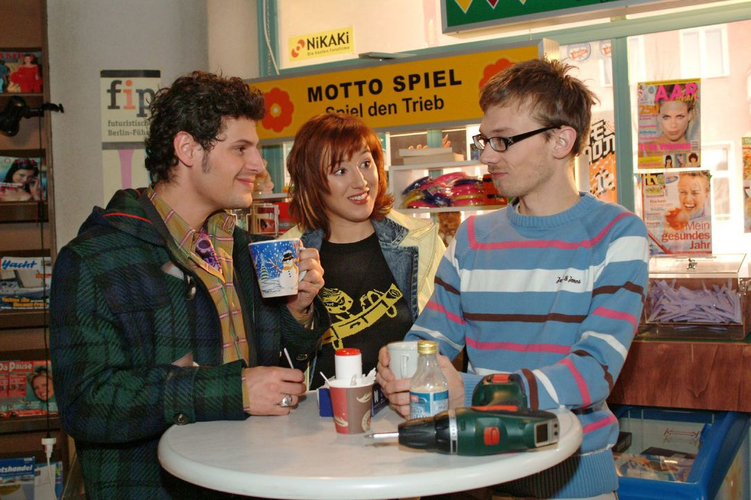 Yvonne (Bärbel Schleker, M.) lauscht belustigt Rokkos (Manuel Cortez, l.) und Jürgens (Oliver Bokern, r.) Schwärmerei. - Bildquelle: Monika Schürle Sat.1