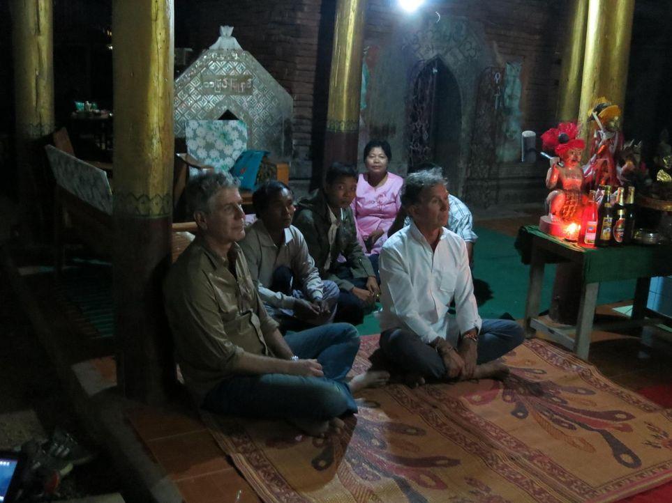 Anthony Bourdain (l.) entdeckt auf seiner Reise nach Myanmar versteckte Regionen und verschafft sich über das Essen und die Speisegepflogenheiten Zu... - Bildquelle: 2013 Cable News Network, Inc. A TimeWarner Company. All rights reserved.