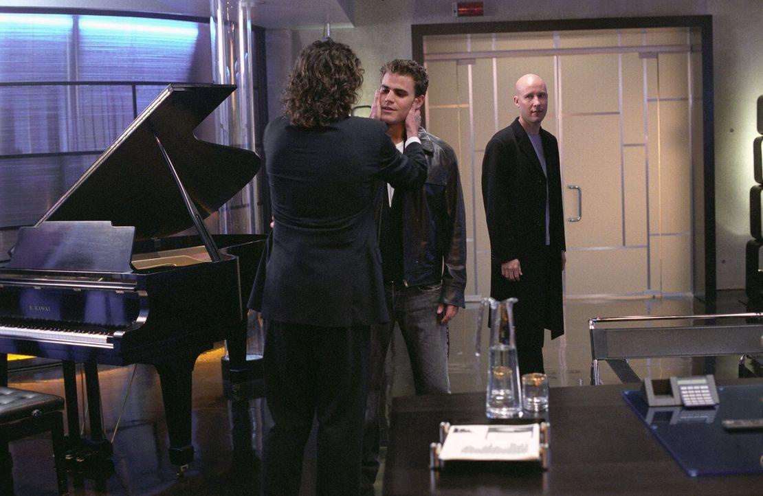 Als Lex (Michael Rosenbaum, r.) seinem Vater (John Glover, l.) den verlorenen Sohn (Paul Wasilewski, M.) präsentiert, muss Lex  feststellen, dass Li... - Bildquelle: Warner Bros.