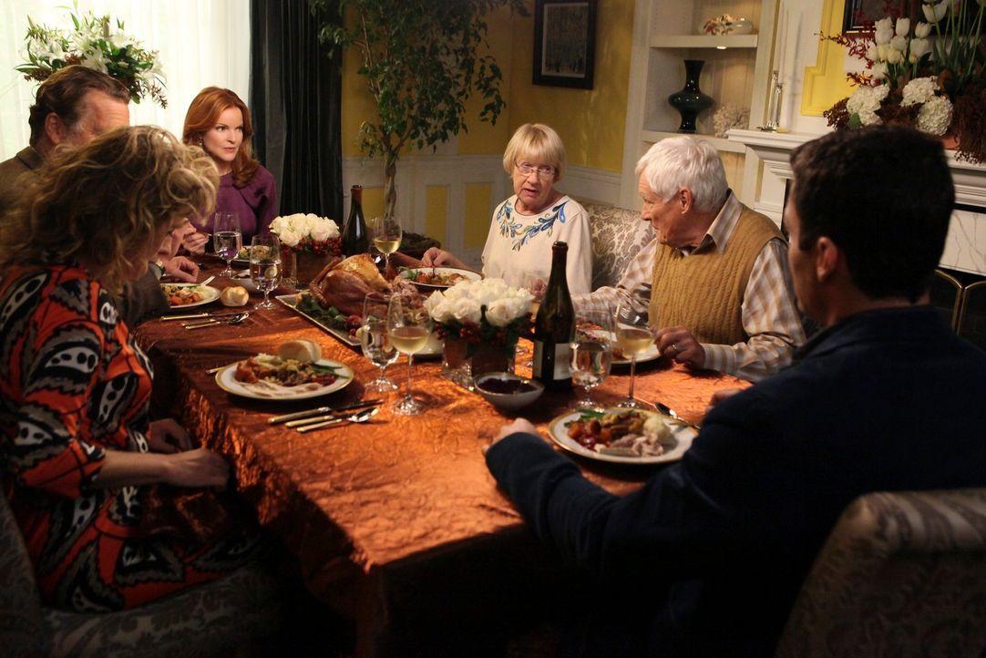 Ein ganz besonderes Thanksgivings-Fest: (v.l.n.r.) Richard (John Schneider), Mary (Nancy Travis), Bree (Marcia Cross), Karen McCluskey (Kathryn Joos... - Bildquelle: ABC Studios
