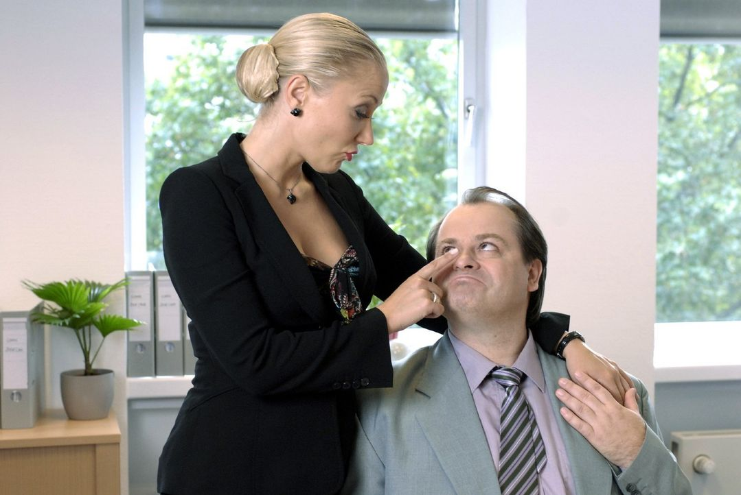 Janine (Janine Kunze, l.) macht sich an alle Männer in ihrer Firma ran und verspricht ihnen - wie auch Markus (Markus Majowski, r.) - den Himmel au... - Bildquelle: Sat.1
