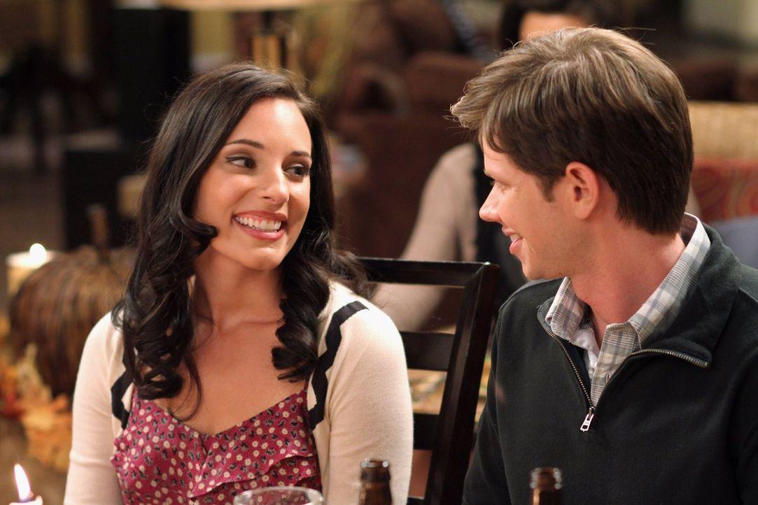 Kommen sich Millie (Lisa Goldstein Kirsch, l.) und Mouth (Lee Norris, r.) beim Thanksgiving-Dinner wieder näher? - Bildquelle: Warner Bros. Pictures