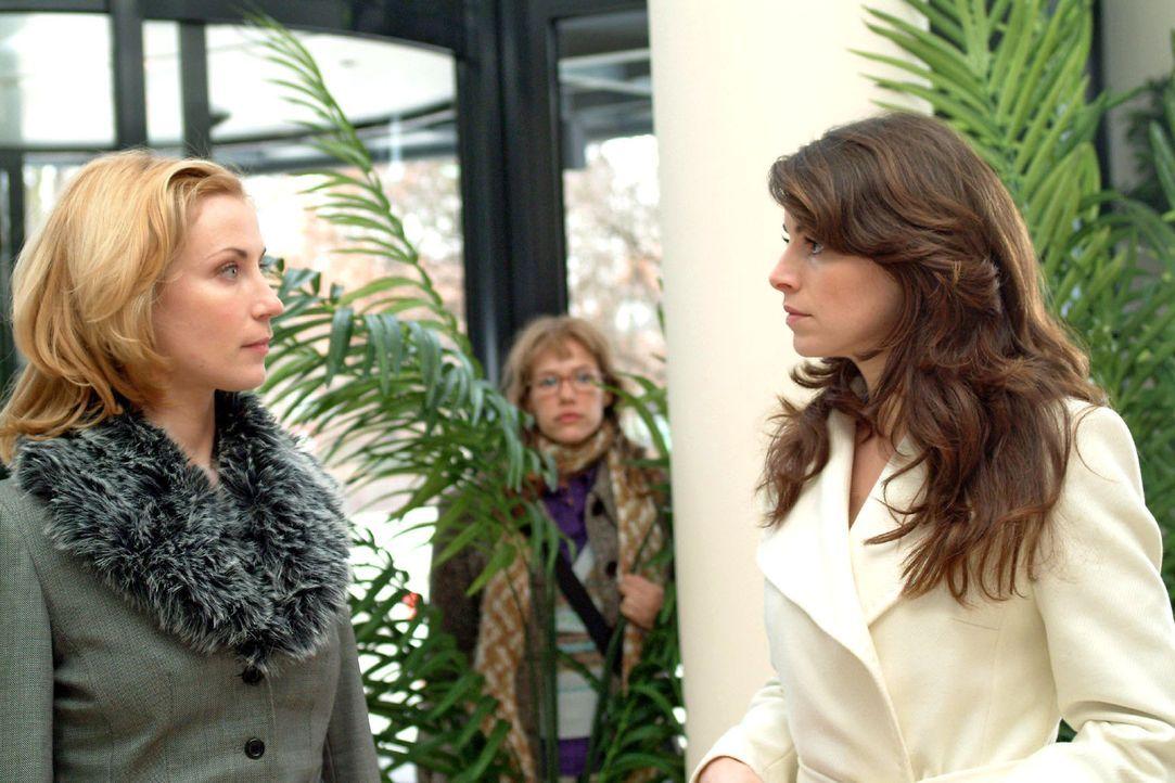 Die misstrauische Mariella (Bianca Hein, r.) begegnet an der Rezeption auf Davids Tete-a-tete Monique (Astrid Posner, l.), die sich abgebrüht nach D... - Bildquelle: Monika Schürle Sat.1
