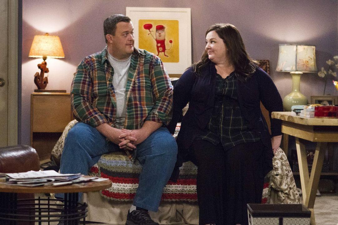 Molly (Melissa McCarthy, l.) glaubt, dass ihr Nachbar nichts Gutes im Schilde führt, während Mike (Billy Gardell, r.) einen Männer-Pokerabend plant... - Bildquelle: Warner Brothers