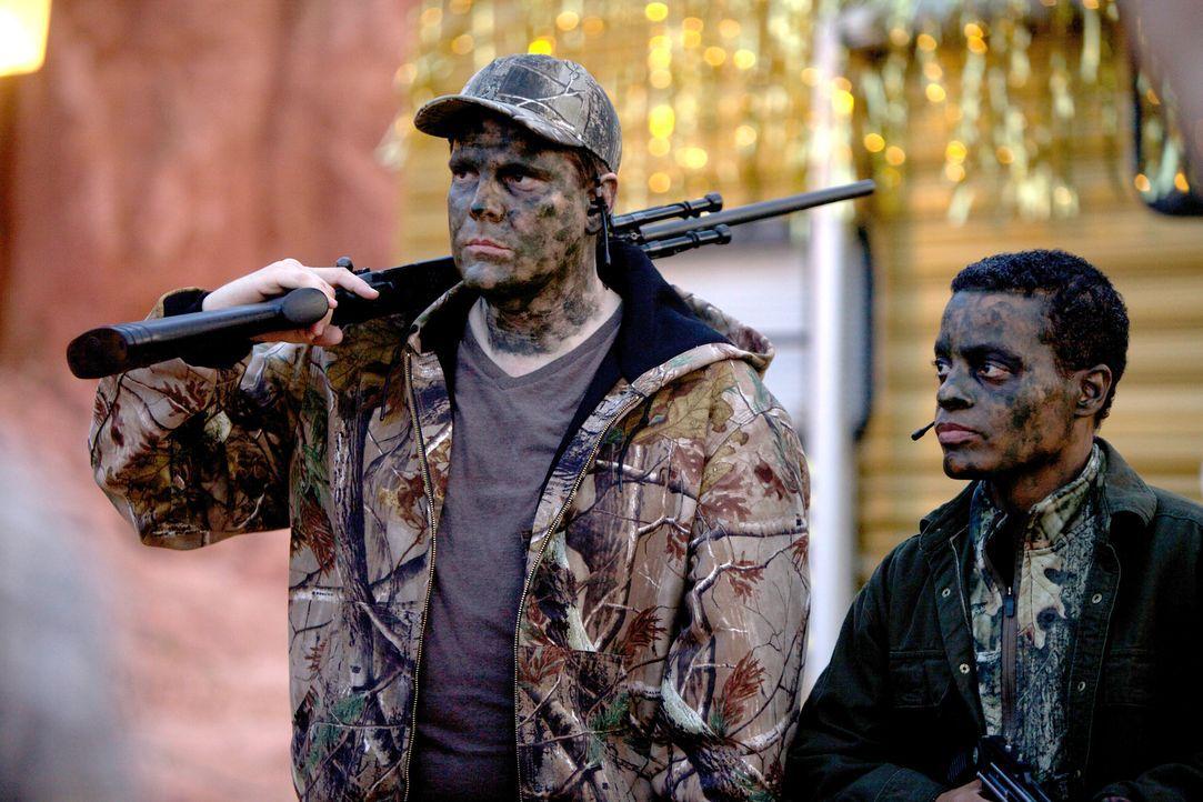 Sheriff Crane (Robert Belushi, l.) und John (Durwyn Robinson, r.) jagen ein Monster, das nach 150 Jahren aus einer Goldmine entkommen ist und nach u... - Bildquelle: 2013 Panic Investments LLC. All Rights Reserved.