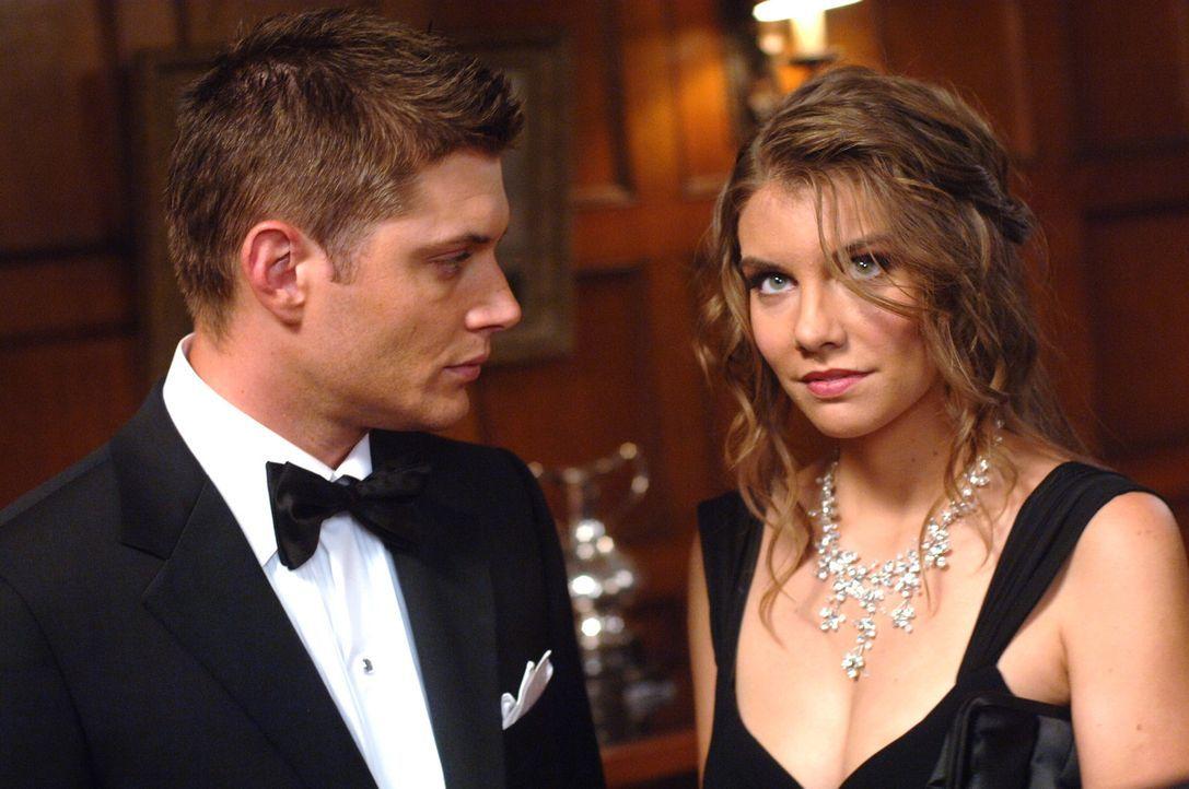 Bela (Lauren Cohan, r.) versucht Sam und Dean (Jensen Ackles, l.) beim Lösen ihres Falles zu helfen. Doch sie handelt nicht ganz uneigennützig ... - Bildquelle: Warner Bros. Television