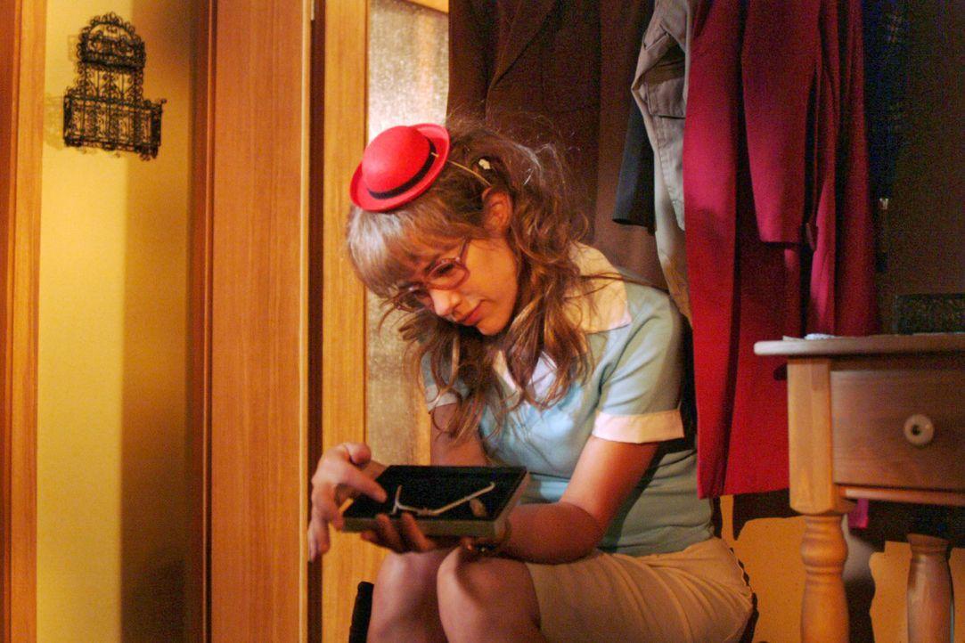 Lisa (Alexandra Neldel) packt Davids Geburtstagsgeschenk aus ... (Dieses Foto von Alexandra Neldel darf nur in Zusammenhang mit der Berichterstattun... - Bildquelle: Monika Schürle Sat.1
