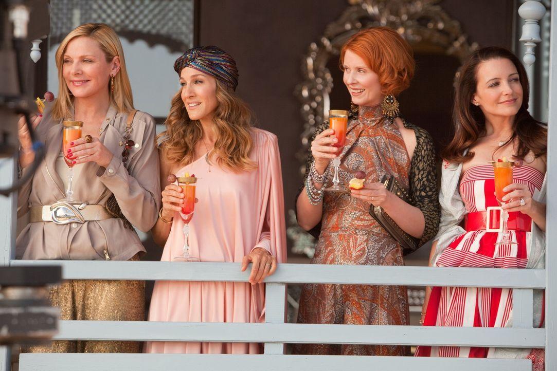 Dieses Mal machen Carrie (Sarah Jessica Parker, 2.v.l.), Charlotte (Kristin Davis, r.), Miranda (Cynthia Nixon, 2.v.r.) und Samantha (Kim Cattrall,... - Bildquelle: Warner Brothers