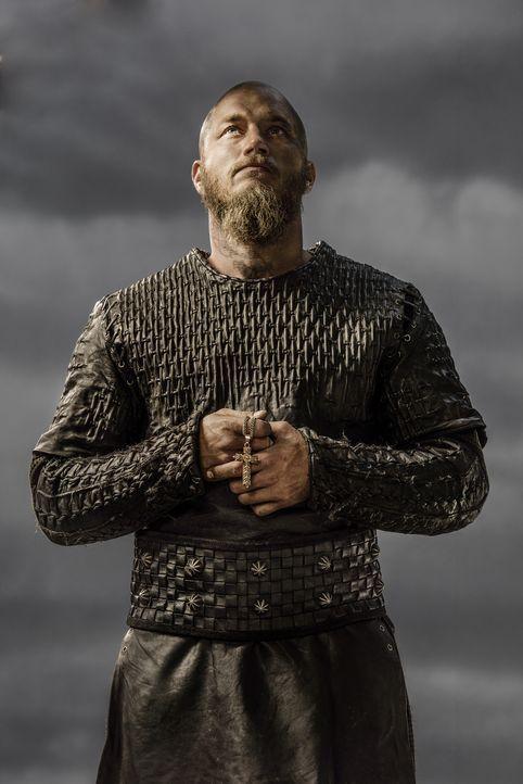(3. Staffel) - Durch seinen engen Vertrauten Athelstan kommt Ragnar (Travis Fimmel) dem christlichen Glauben näher. Doch wird er wirklich seine Gött... - Bildquelle: 2015 TM PRODUCTIONS LIMITED / T5 VIKINGS III PRODUCTIONS INC. ALL RIGHTS RESERVED.