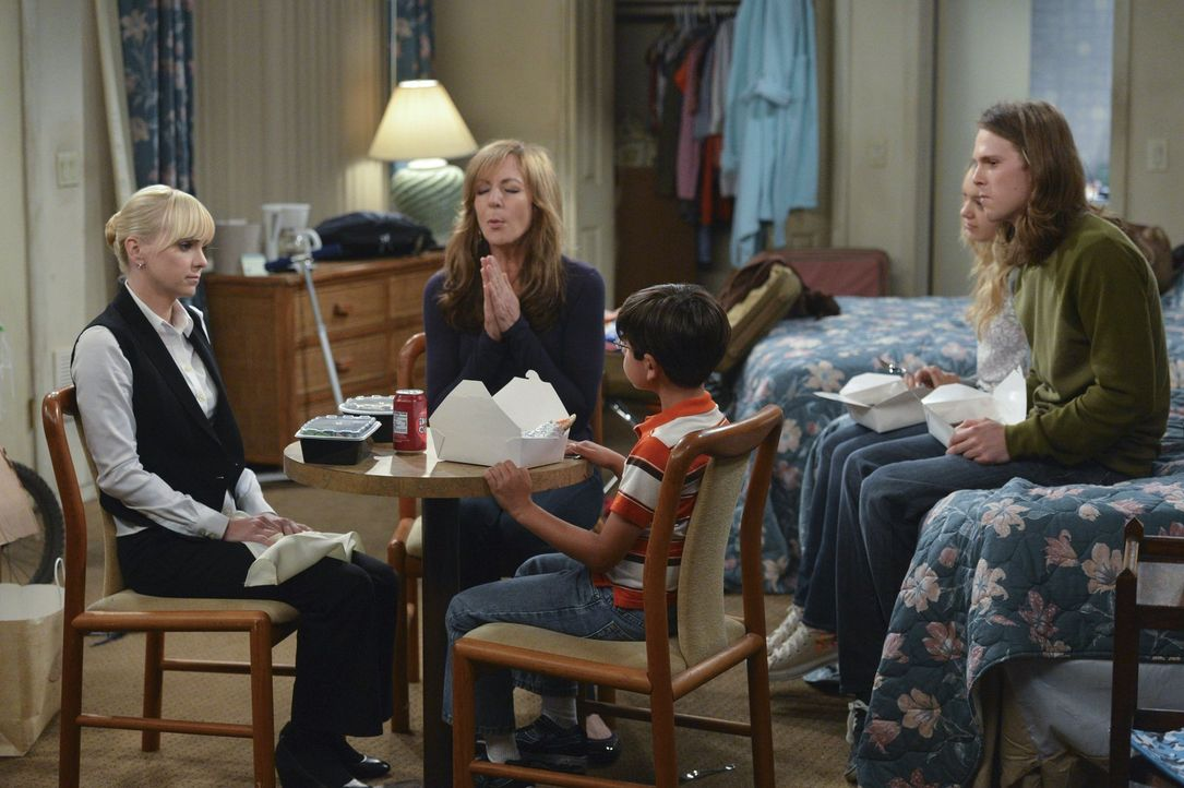 Hoffen, dass sie bald an Geld kommen: Christy (Anna Faris, l.), Bonnie (Allison Janney, 2.v.l.), Violet (Sadie Calvano, 2.v.r.), Roscoe (Blake Garre... - Bildquelle: Warner Bros. Television